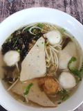 面条鱼丸有许多白色球 海草和新芽菜 免版税库存图片