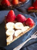 面筋自由巧克力馅饼用草莓和香蕉 库存照片