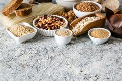 面筋自由饮食概念-五谷和碳水化合物的选择人的有面筋不宽容的 免版税库存图片