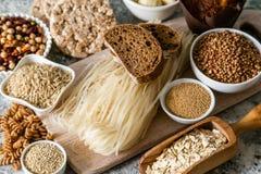 面筋自由饮食概念-五谷和碳水化合物的选择人的有面筋不宽容的 库存图片