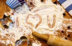 面粉、滚针、莓果和器物的心脏烘烤的在木背景 日愉快的s华伦泰 家庭爱 免版税库存图片