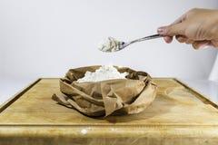 面粉匙子在面粉大袋上的 免版税库存图片
