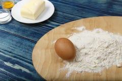 面粉和鸡蛋-成份 免版税库存照片