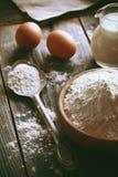 面粉和鸡蛋 图库摄影
