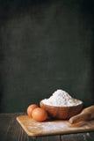 面粉和鸡蛋 免版税库存照片