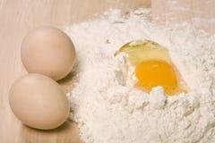 面粉和鸡蛋 库存图片