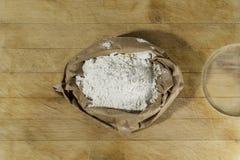 面粉在切板中心的 免版税库存照片
