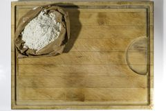 面粉在切板角落的 免版税库存照片