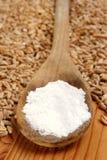 面粉木谷物的匙子 免版税库存照片