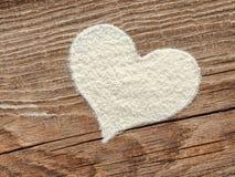 面粉桌的心脏从老委员会的 库存图片