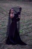 头戴黑面纱的年轻寡妇 库存图片
