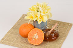 面罩用桔子和蜂蜜 免版税图库摄影