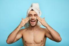 面膜的一个滑稽的人带领健康生活方式 免版税库存照片