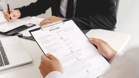 面试和聘用概念,任命候选人商人解释关于他的外形的和答复对人力资源 免版税图库摄影