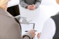 面试 三在桌附近的女实业家特写镜头在工作面试中 免版税库存图片