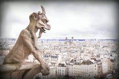 面貌古怪的人(虚构物),石邪魔,有背景的巴黎市的 免版税库存图片