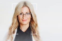 面部公认技术  美丽的白肤金发的纵向 免版税库存照片