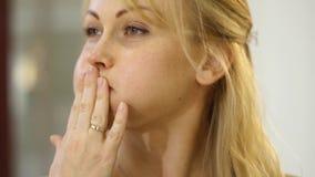 面部按摩,妇女显示如何摆脱在面颊的皱痕 影视素材