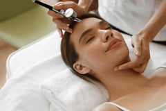 面部秀丽治疗 得到氧气皮肤削皮的妇女 库存图片