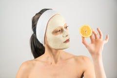 面部面具 问题皮肤面具黏土和柠檬妇女皮肤护理 免版税图库摄影