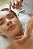 面部skincare 得到氧气削皮秀丽治疗的妇女 库存照片