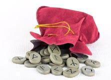 绒面革袋子诗歌石头 免版税库存图片