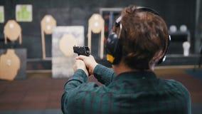 靶场 在一个靶场的一次年轻人射击