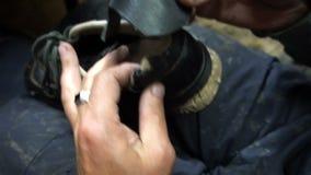 鞋匠删去了鞋子的一个补丁 影视素材
