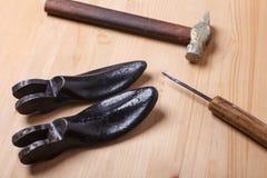 鞋匠在木桌上的` s仪器 免版税库存图片