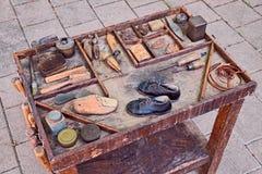 鞋匠的老工具 免版税图库摄影