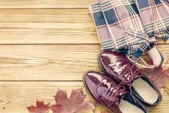鞋子、伞和秋叶 免版税库存照片