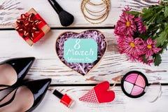 鞋子、心脏、花和箱子 库存照片