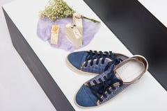鞋子、肥皂和芳香花束 免版税库存照片