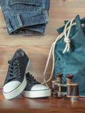 鞋子、背包、牛仔裤和双筒望远镜 免版税库存图片