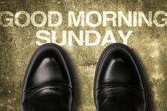 鞋子与文本早晨好星期天 库存图片