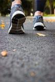 鞋子体育运动 路面的一名妇女 免版税库存照片