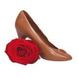 鞋子做ââof巧克力和红色玫瑰 免版税库存照片