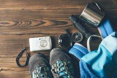 鞋子和器物远足的在山 免版税库存图片