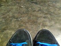 鞋子和地板 免版税库存图片