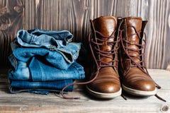 鞋子和堆牛仔裤 免版税库存照片