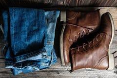 鞋子和堆牛仔裤 免版税图库摄影