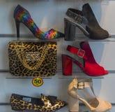 鞋子和提包在商店窗口里 免版税库存图片
