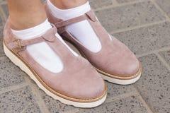 鞋子和白色袜子 库存照片