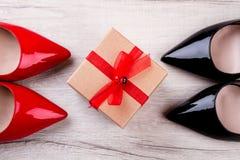 鞋子和礼物盒 免版税库存照片