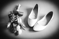 鞋子和花新娘 免版税库存照片