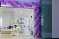 鞋子和袋子商店的气球门 库存照片