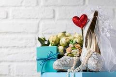 鞋子和装饰的创造性的安排 库存照片