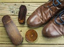 鞋子和鞋子上光剂 免版税库存照片