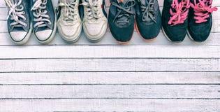 鞋子在一个白色木地板被安置 库存照片