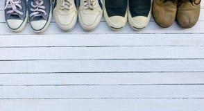 鞋子在一个白色木地板被安置 图库摄影
